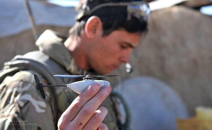 Английский солдат запускает нано-дрон Black Hornet.