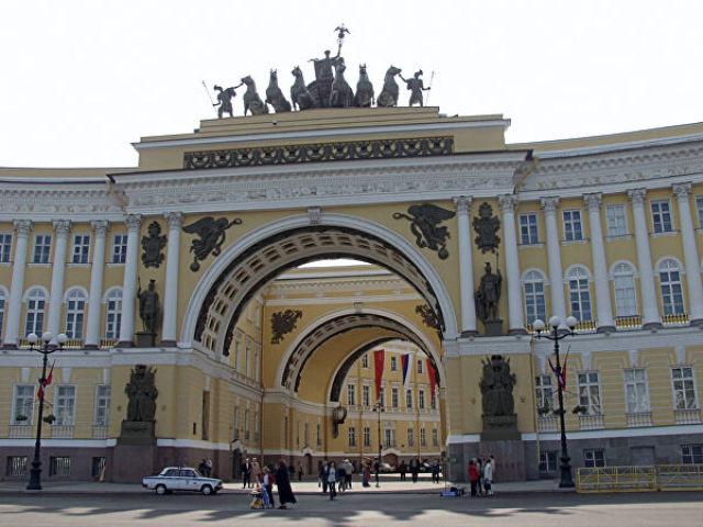 Арка Главного штаба на Дворцовой площади в Санкт-Петербурге