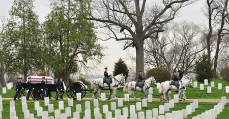 Погибшие в боях американские военнослужащие находят свой последний приют на Арлингтонском национальном кладбище, захоронения на котором осуществляются еще со времен Гражданской войны.