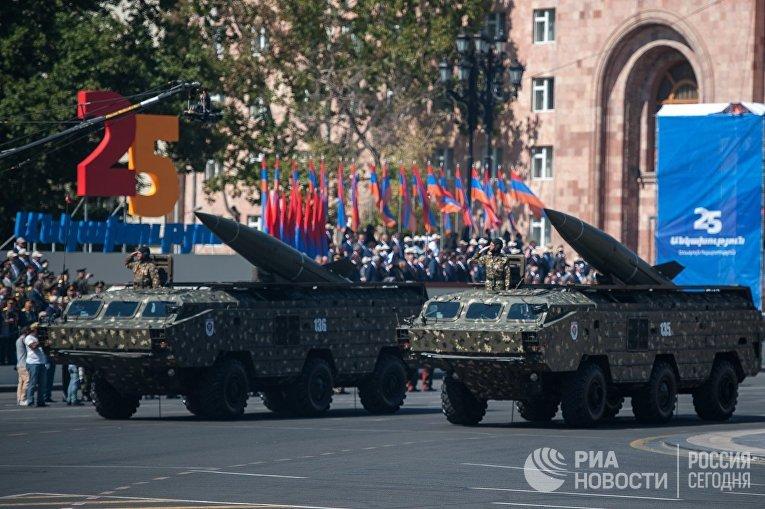 Военная техника во время парада, посвященного 25-й годовщине независимости Армении.