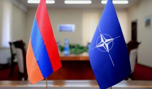 Флаги Армении и НАТО.