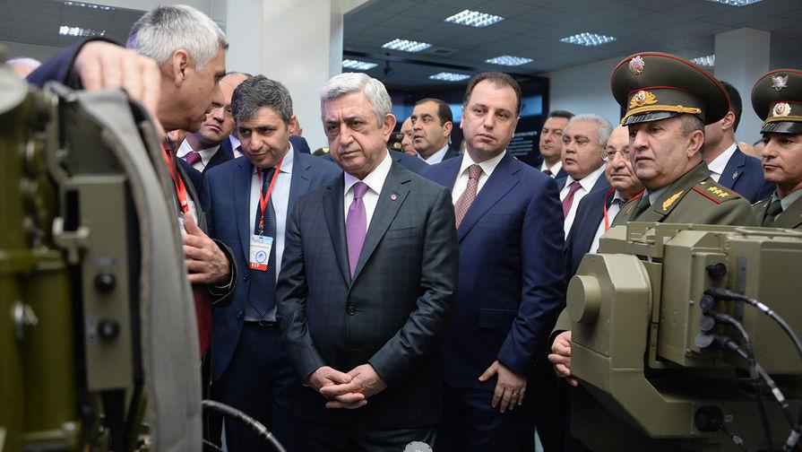 Президент Армении Серж Саргсян на открытии выставки «ArmHiTec-2018». Справа – министр обороны Виген Саргсян.