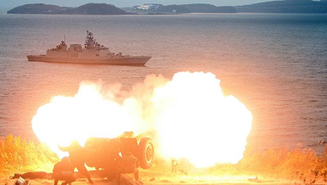 Артиллерийский салют во время захода фрегата ВМС Индии Саптура во Владивосток для участия в международном российско-индийском межвидовом учении Индра – 2017. 19 октября 2017.