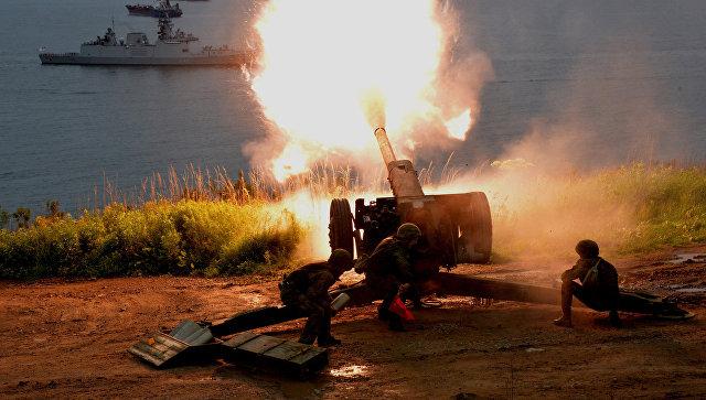 Артиллеристы бригады морской пехоты Тихоокеанского флота РФ приветствуют салютом индийские корабли.