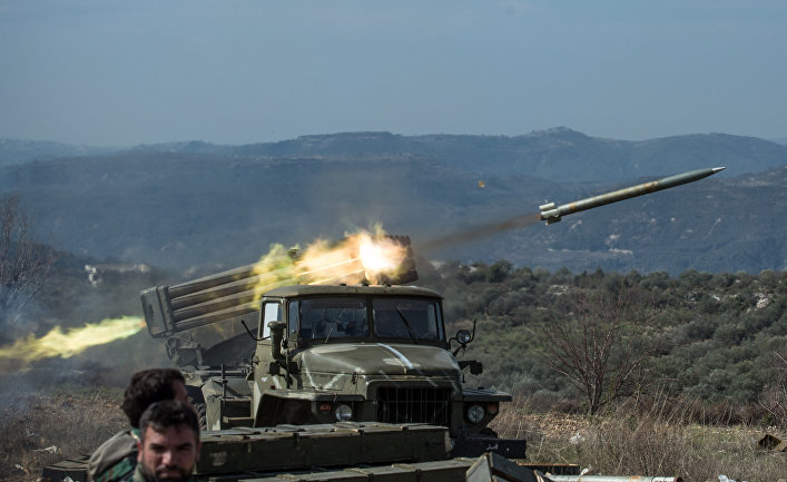 """Артиллеристы сирийской армии стреляют с применением систем залпового огня """"Град"""" на позициях в провинции Идлиб."""
