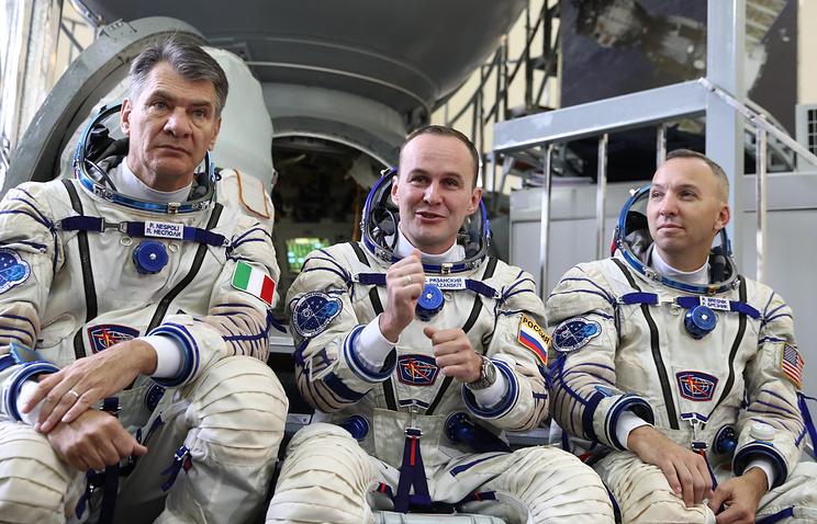 Астронавт ЕКА Паоло Несполи, космонавт Роскосмоса Сергей Рязанский и астронавт НАСА Рэндолф Брезник.