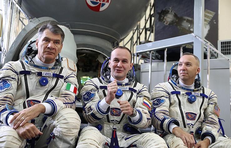 Астронавт ESA Паоло Несполи, космонавт Роскосмоса Сергей Рязанский и астронавт NASA Рэндолф Брезник (слева направо).
