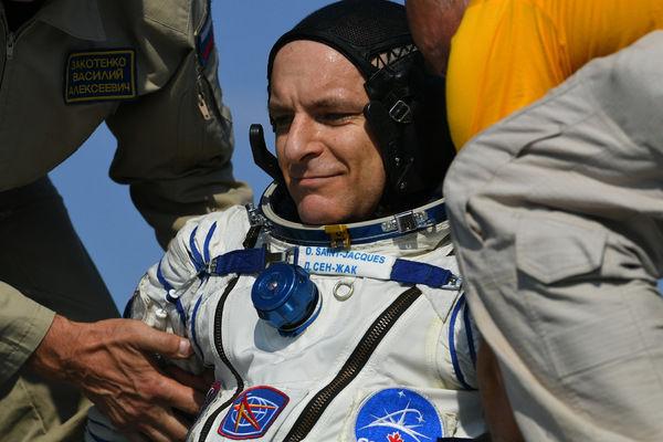 """Астронавт Канадского космического агентства Давид Сен-Жак (Канада) после посадки спускаемого аппарата транспортного пилотируемого корабля (ТПК) """"Союз МС-11"""""""
