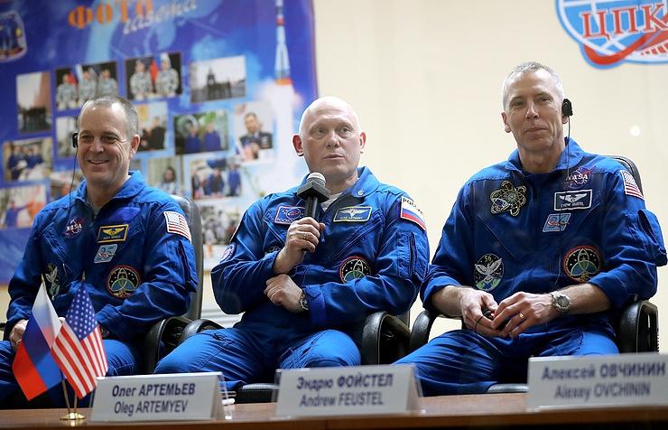 Астронавт NASA Ричард Арнольд, космонавт Роскосмоса Олег Артемьев и астронавт NASA Эндрю Фойстел.