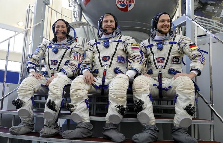 """Астронавт NASA Серена Ауньон, космонавт """"Роскосмоса"""" Сергей Прокопьев и астронавт ЕКА Александр Герст."""