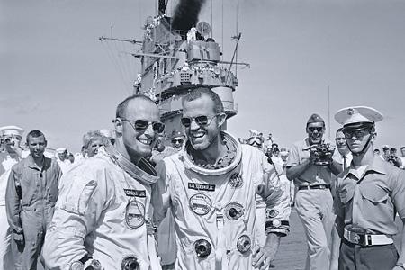 """Астронавты Чарльз Конрад (слева) и Гордон Купер на борту противолодочного авианосца """"Лейк Шамплейн"""" после завершения полета космического корабля """"Джемини-5"""". 29 августа 1965 года."""