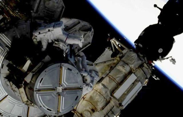 Астронавты NASA Кристина Кох и Ник Хейг во время выхода в открытый космос, 29 марта 2019 года