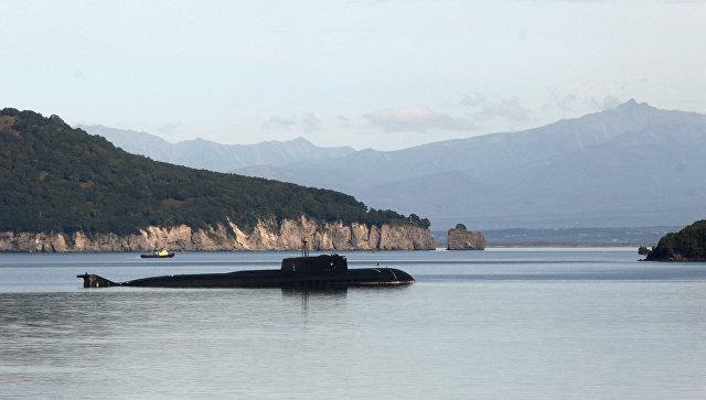 Атомная подводная лодка проекта 949 на рейде на базе 16-й Краснознаменной эскадры подводных лодок Тихоокеанского флота в Вилючинске.