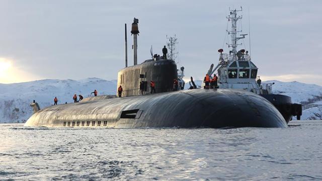 """Атомная подводная лодка проекта 949А """"Орел"""" во время возвращения на базу Северного флота в Гаджиево"""