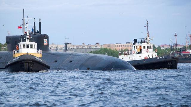 Атомный подводный ракетный крейсер стратегического назначения «Князь Владимир» проекта 955А «Борей-А» в акватории Северодвинска
