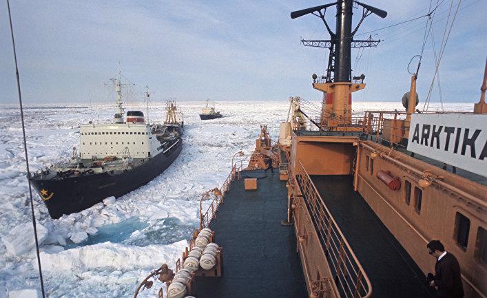 """Атомный ледокол """"Арктика"""" во главе каравана судов, идущего Северным морским путем."""