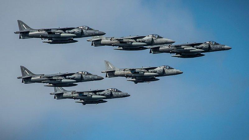 Тихий океан, 23 апреля 2014-го года. Группа самолетов AV-8B Harrier II пролетает над десантным кораблем USS Boxer (LHD 4). Боксер с размещенным на нем 13-м экспедиционным отрядом морской пехоты (13 MEU) возвращается в порт приписки в Сан-Диего после восьмимесячного развертывания в западной части Тихого океана и областей ответственности Центрального командования США. (Фото специалиста 2-го класса по массовым коммуникациям Кенана О'Коннора (Kenan O'Connor), ВМС США).