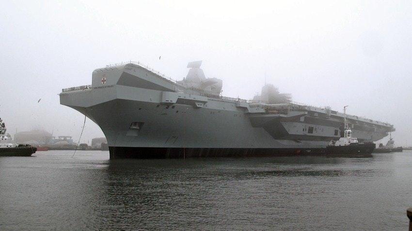 Выведенный из сухого строительного дока судостроительного предприятия Вabcock Marine второй строящийся для Королевских ВМС Великобритании авианосец R 09 Prince of Wales. Розайт, 21.12.2017.