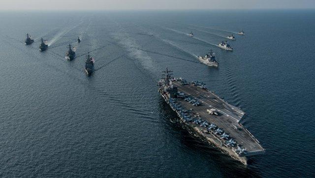 Авианосная ударная группа ВМС США во главе с атомным авианосцем Ronald Reagan во время совместных учений с кораблями Южной Кореи Invincible Spirit.