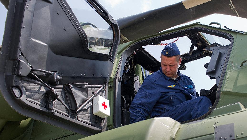 Авиатехник в ударном вертолете Ми-28H Ночной охотник. Архивное фото.