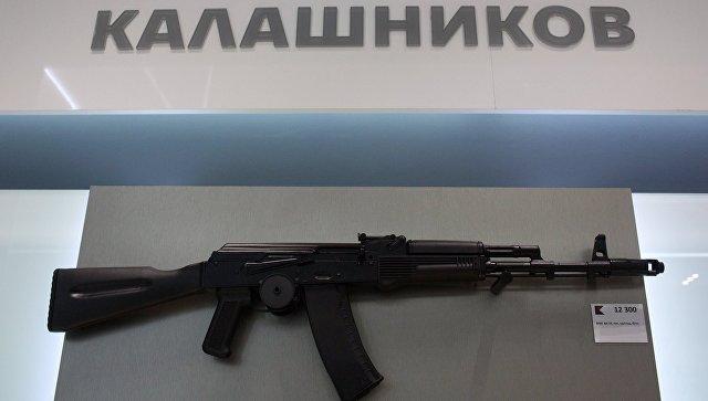 Автомат АК-74 на витрине магазина концерна Калашников. Ахивное фото.