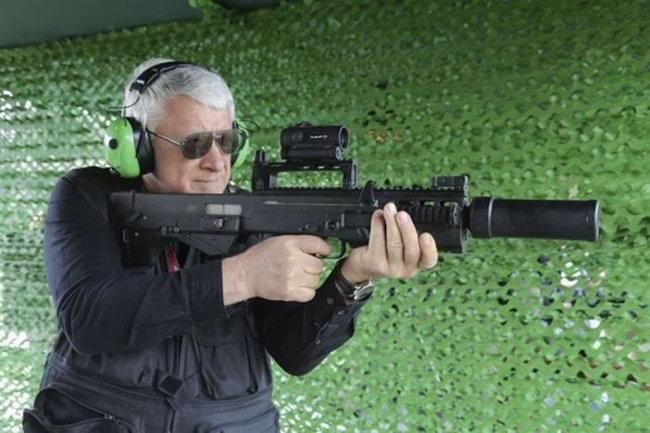 В испытаниях крупнокалиберного автомата ШАК-12 принимал участие доктор технических наук Николай Новичков - на снимке. Его отзывы о продукции тульских оружейников самые высокие.