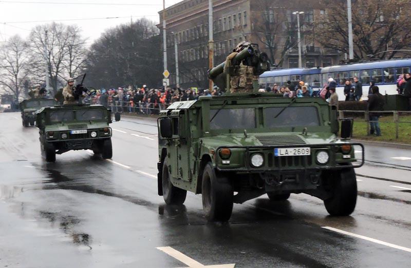 Оснащенный пусковой установкой противотанкового ракетного комплекса Rafael/EuroSpike Spike-LR автомобиль HMMWV латвийской армии на военном параде в Риге, 18.11.2016.