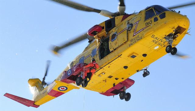Канадский Вертолет CH-149 Cormorant (AW101) демонстрирует свои поисково-спасательные возможности.