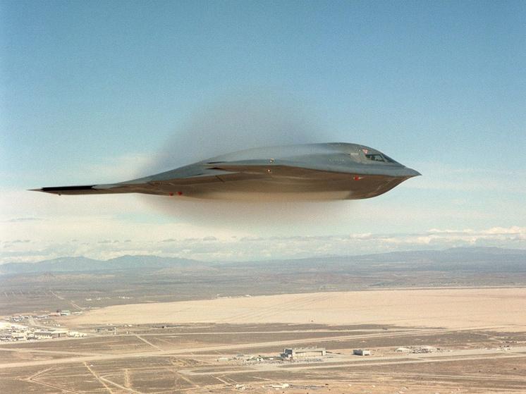 Американский бомбардировщик B-2 Spirit над Калифорнией, 2009 год.