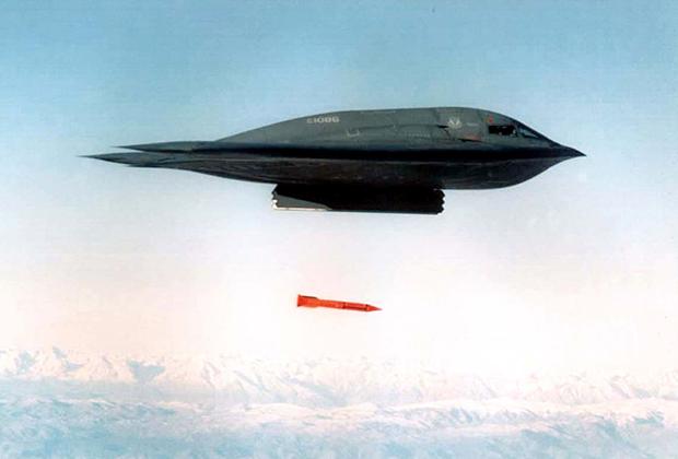 Бомбардировщик B-2 сбрасывает бомбу B61.