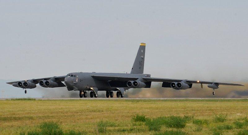 Тяжелый бомбардировщик B-52 Stratofortress осуществляет взлет 14-го августа 2014-го года во время учений по интеграции вооружения, применяемого вне зоны действия ПВО, авиабаза Эллсворт (Южная Дакота). (Фото старшего рядового авиации Анания Текурио (Anania Tekurio), ВВС США).