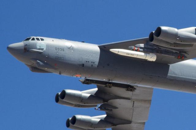 B-52 с прототипом ракеты AGM-183A ARRW.