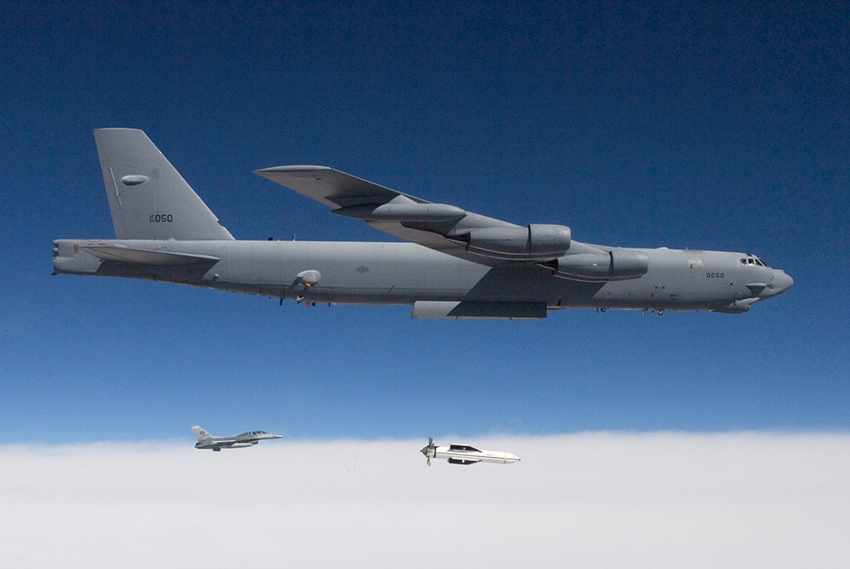 Сброс GBU-57 бомбардировщиком B-52.