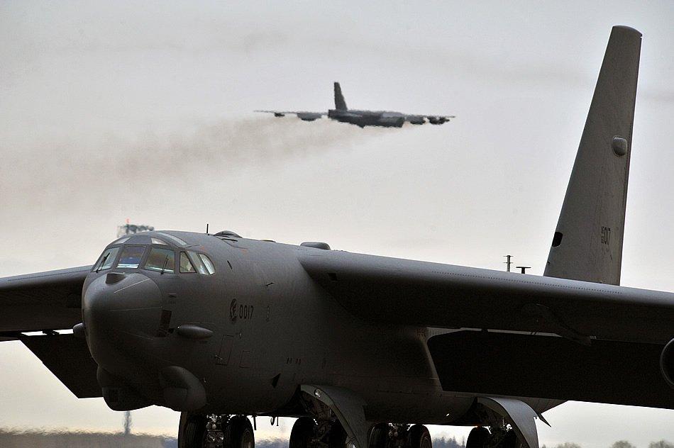 Стратегический бомбардировщик B-52H Stratofortress готовится к взлету на фоне уже взлетевшего B-52H во время учений проходивших 21-го мая 2013-го года на авиабазе Майнот. Учения Air Force Global Strike Command проходят регулярно для подготовки операций и учений для обеспечения постоянной боеготовности сил. (Фото старшего рядового Бретани Олд (Brittany Y. Auld), ВВС США).