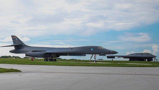 Американские бомбардировщики B-1B и B-2B на военно-воздушной базе Андерсон на острове Гуам.
