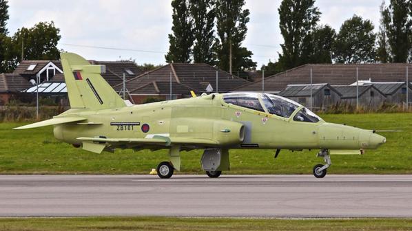 Первый построенный для ВВС Саудовской Аравии учебно-боевой самолет BAE Systems Hawk Mk 165 AJT (британский бортовой номер ZB101, серийный номер ST001) на рулежных испытаниях. Вартон (Великобритания), 15.09.2015.