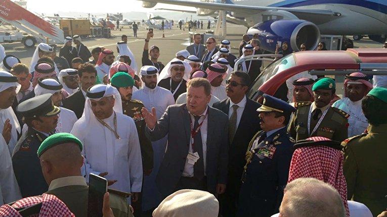 """Глава делегации """"Вертолетов России"""" представил королю Бахрейна Хамаду ибн Иса аль-Халифе линейку российских вертолетов."""