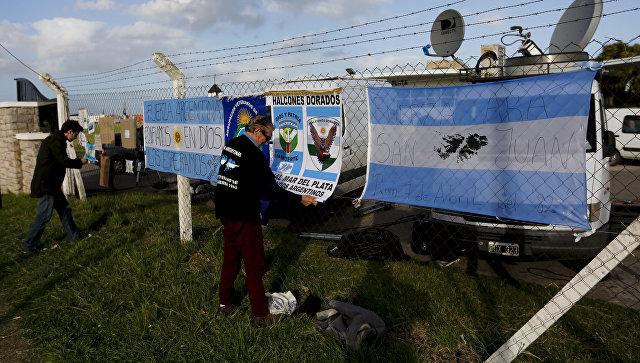 Баннеры со словами поддержки пропавшей субмарины Сан-Хуан на ограде военно-морской базы в Мар-дель-Плата, Аргентина. 19 ноября 2017.