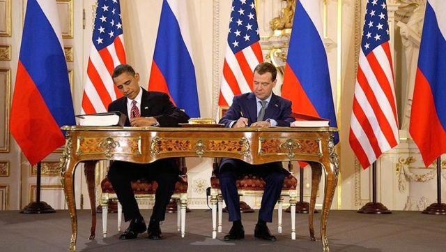 Барак Обама и Дмитрий Медведев во время подписания договора СНВ-3 в Пражском Граде.8 апреля 2010 года