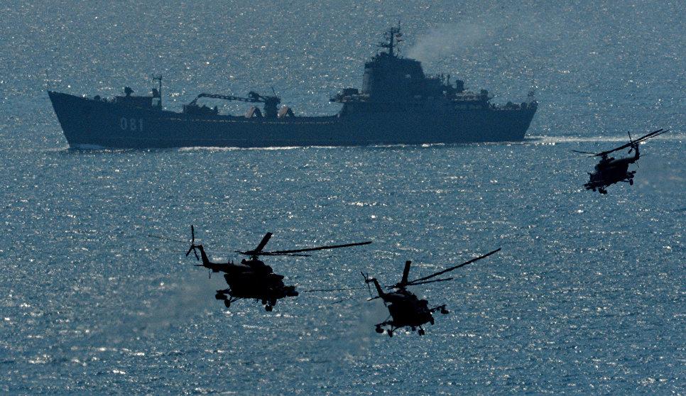 """Большой десантный корабль """"Николай Вилков"""" под прикрытием вертолетов Ми-8АМТШ во время учений в Приморском крае."""