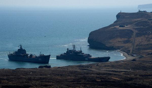 """БДК """"Николай Вилков"""" (слева) и """"Адмирал Невельской"""""""