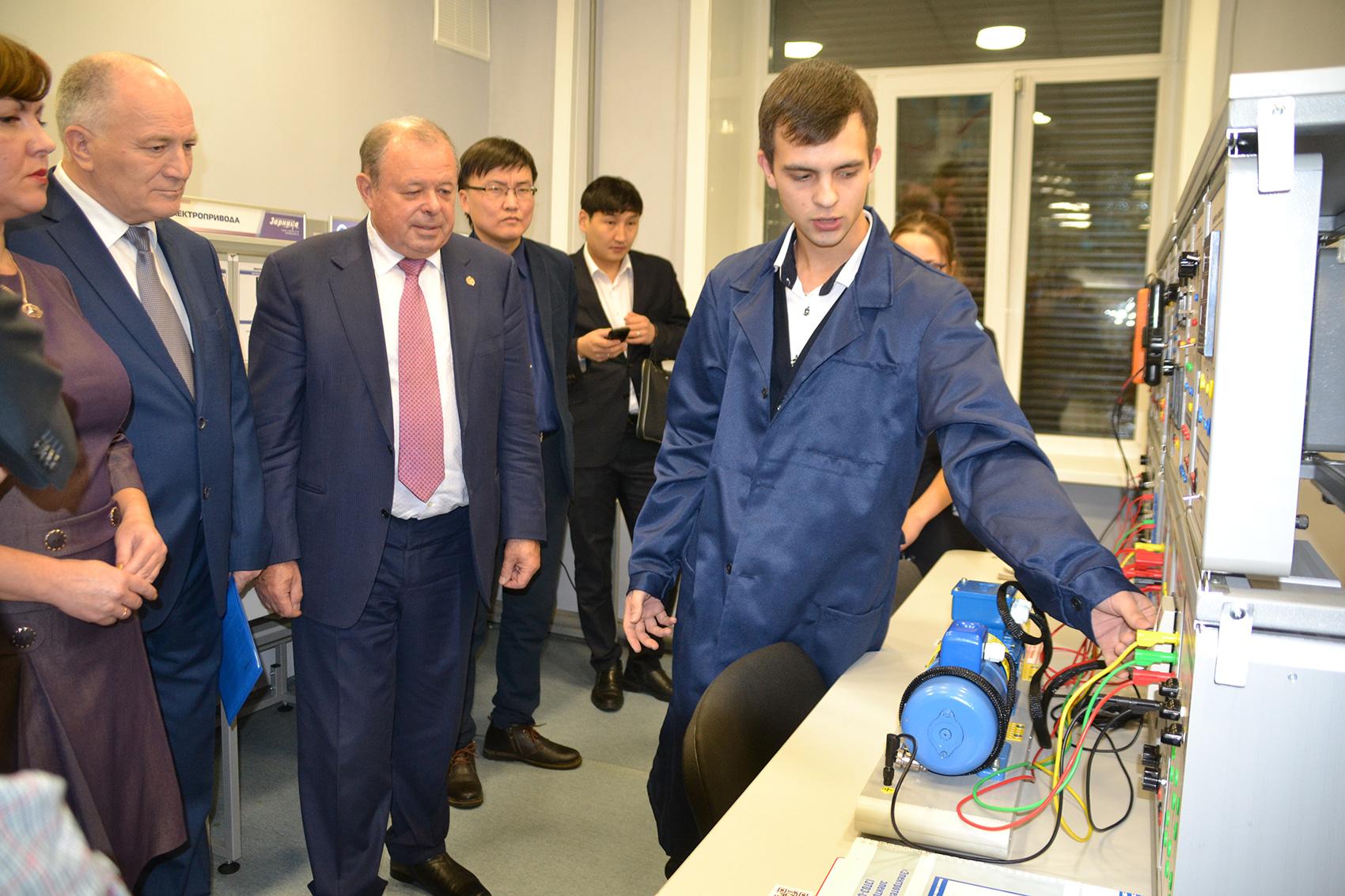 Управляющий директор АО «У-УАЗ» Леонид Белых в новой лаборатории ГБПОУ «Авиационный техникум».