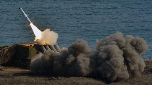"""Береговой ракетный комплекс """"Бал"""" выполняет стрельбу по кораблям условного противника во время учений бригад морской пехоты Тихоокеанского флота (ТОФ)"""