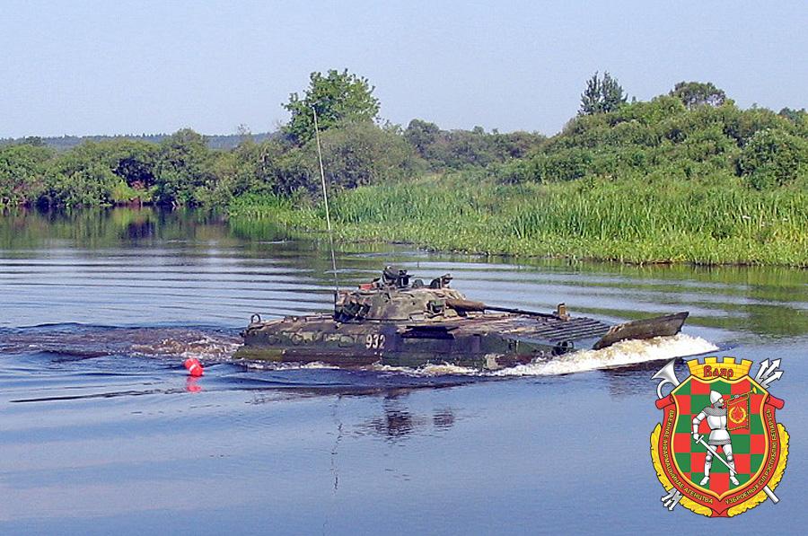 Танки и БМП-2 120-й и 19-й гвардейских отдельных механизированных бригад проходят испытание водой на Березине.