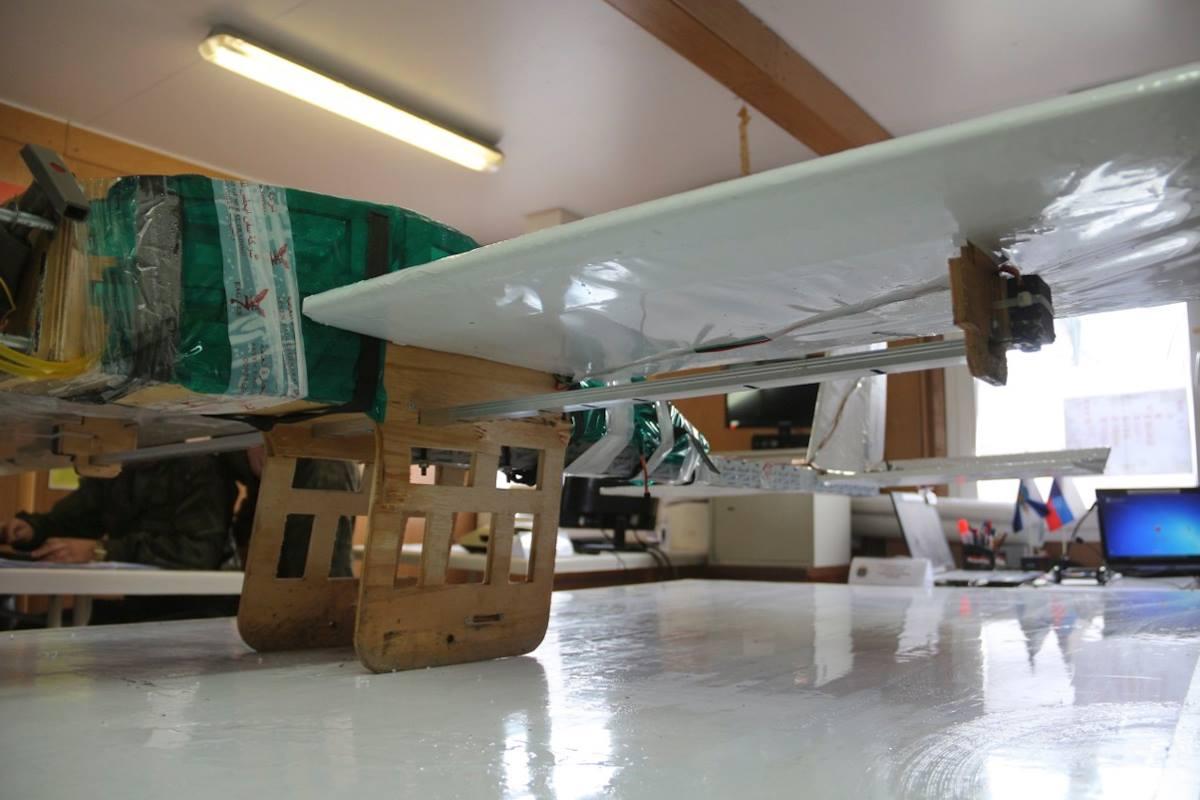 Беспилотный летательный аппарат боевиков, пытавшийся атаковать российские военные объекты в Сирии, и используемые с данных аппаратов сбрасываемые боеприпасы, январь 2018 года.