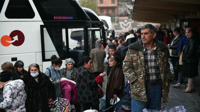 Беженцы из Нагорного Карабаха перед отправкой из Еревана домой в Степанакерт