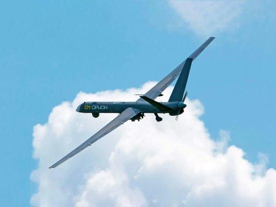 """Первый опытный образец разработанного компанией """"Кронштадт"""" беспилотного летательного аппарата большой продолжительности полета """"Орион"""" (бортовой номер """"01"""") с двумя подвешенными управляемыми боеприпасами."""