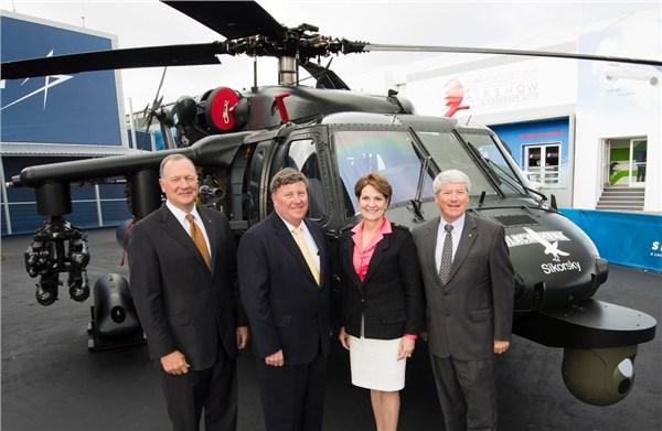 Компания Lockheed Martin представляет построенный европейским отделением фирмы Sikorsky вооруженный вертолет Black Hawk на выставке в Фарнборо в 2016г.