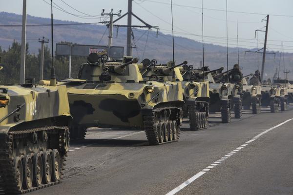 Оснащенный боевыми машинами десанта БМД-2 батальон 56-й отдельной гвардейской десантно-штурмовой бригады Воздушно-Десантных Войск России на марше в ходе внезапной проверки боевой готовности войск Центрального военного округа, сентябрь 2015 года.
