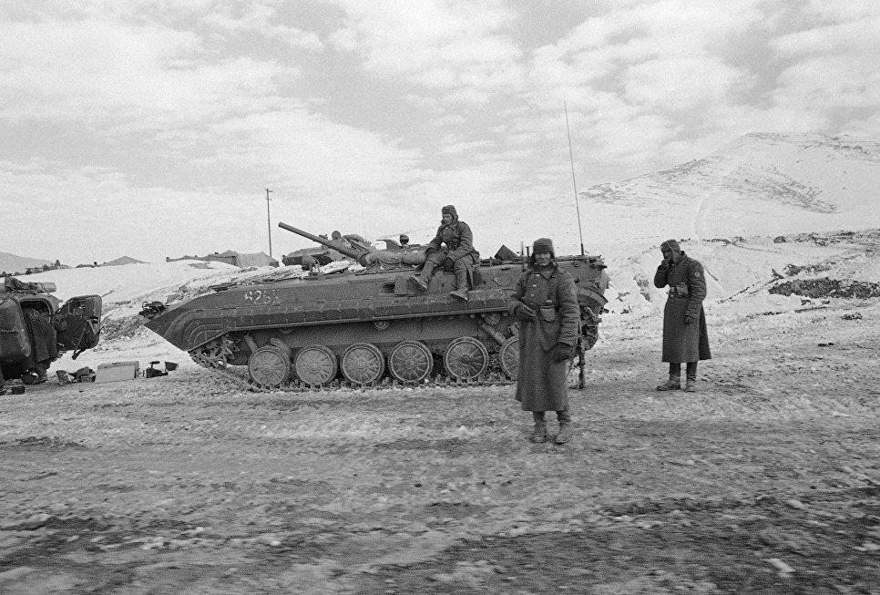 Советские солдаты возле БМП-1 в Афганистане. 8 января 1980.